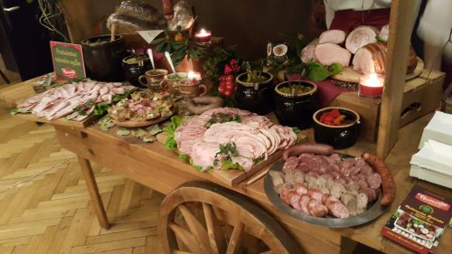Stół wiejski wędliny